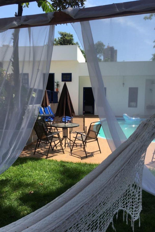 rede com piscina ao fundo