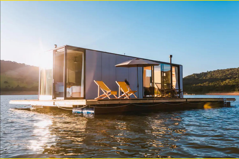 Casa flutuante em meio a lago